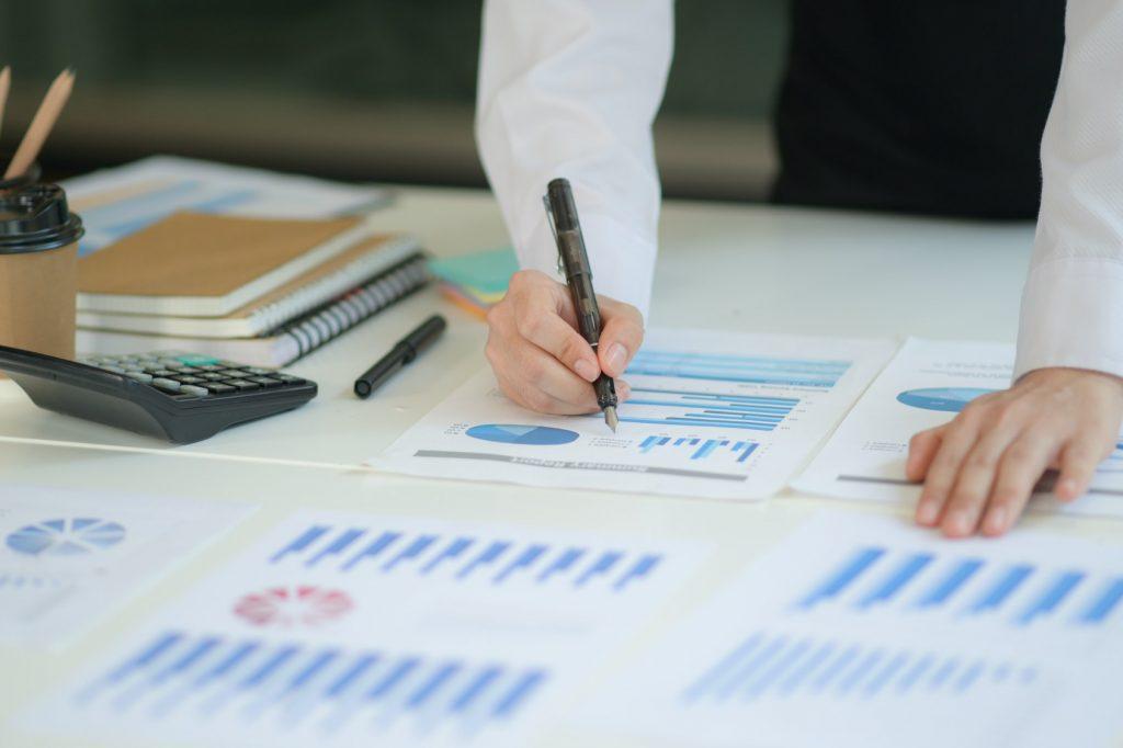 Nieuwe generatie business professionals analyseren hun investeringsplannen met behulp van grafieken.